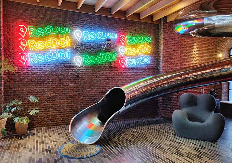 台中 レッドドットホテル(紅點文旅) ロビーの滑り台