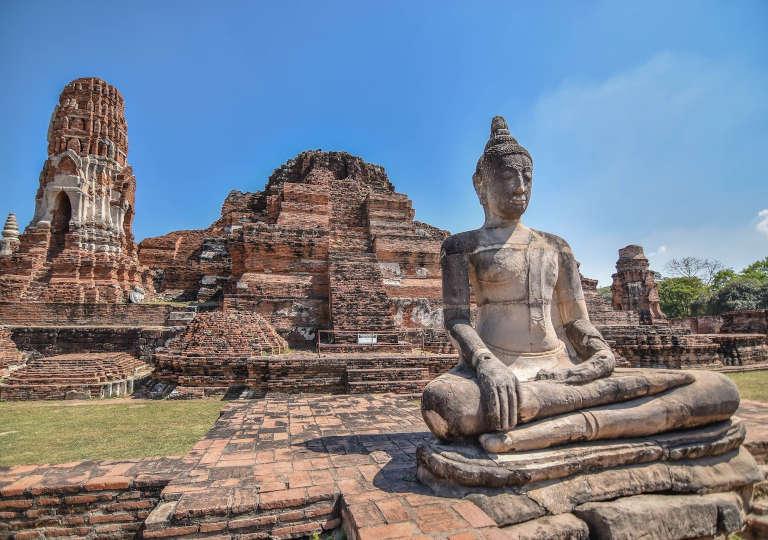 タイのアユタヤ遺跡群 ワットマハタートの遺跡と仏像