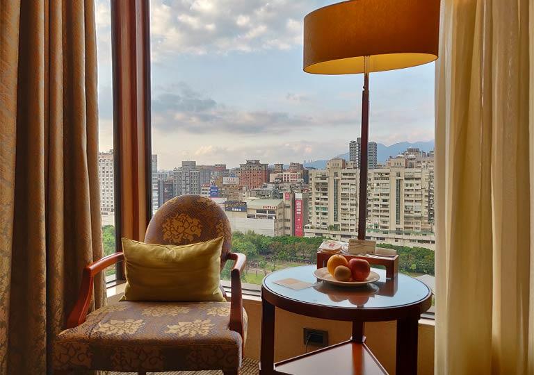 サンワンレジデンシズ台北(San Want Residences Taipei) 客室のテーブル・椅子とウェルカムフルーツ