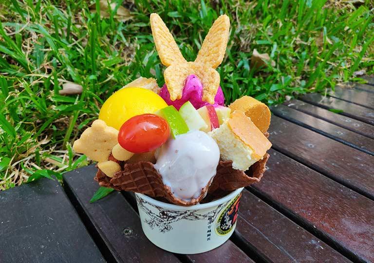 台中の宮原眼科 アイスクリームのトリプル+スペシャルトッピング