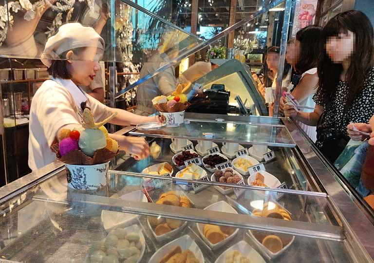 台中の宮原眼科 アイスクリームショップのトッピングコーナー