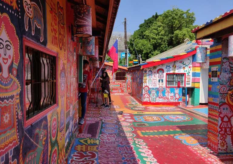 「台中の彩虹眷村はカラフルな絶景が見れる虹の村!行き方と見どころは?」トップ画像