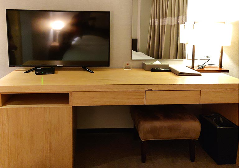 シティスイーツ桃園ゲートウェイ(City Suites - Taoyuan Gateway) 客室のデスクとTV