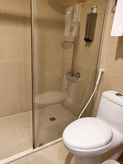 シティスイーツ桃園ゲートウェイ(City Suites - Taoyuan Gateway) 客室のトイレとシャワールーム