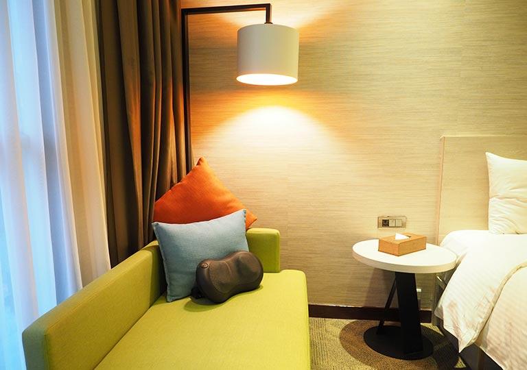 ヴィアホテル台北ステーション(Via Hotel Taipei Station) 客室のソファーとテーブル