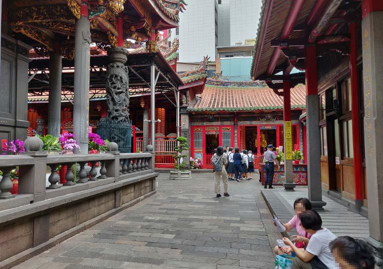 台北 龍山寺の後殿に行く通路