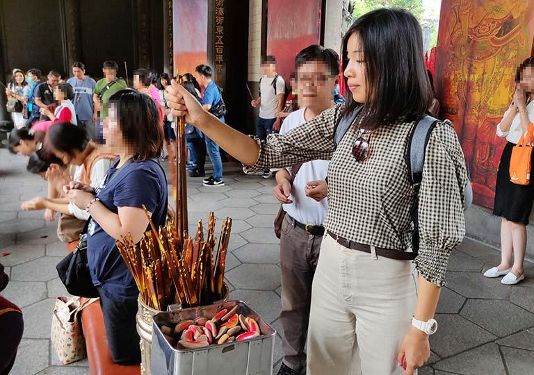 台北 龍山寺のおみくじ棒を引くところ