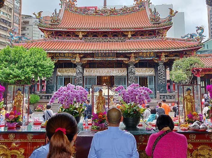 「台湾の龍山寺を観光!おみくじの引き方や参拝方法、周辺グルメまとめ」の記事トップ画像
