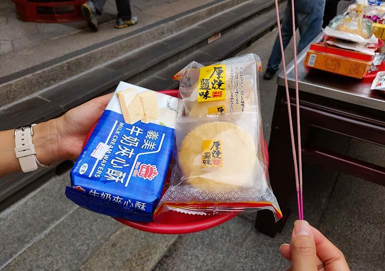 台北 龍山寺で買ったお供え物と線香