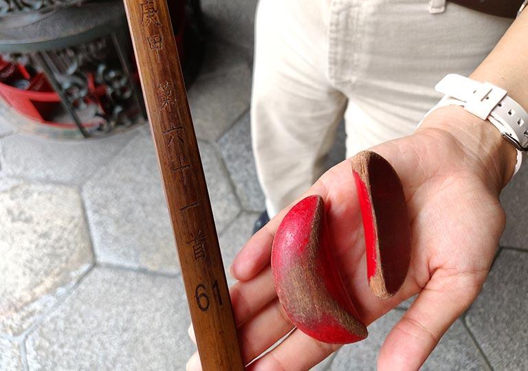 台北 龍山寺の神筊とおみくじ棒