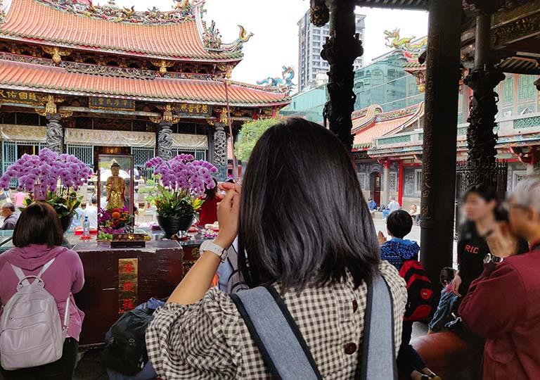 台北 龍山寺の前殿での参拝