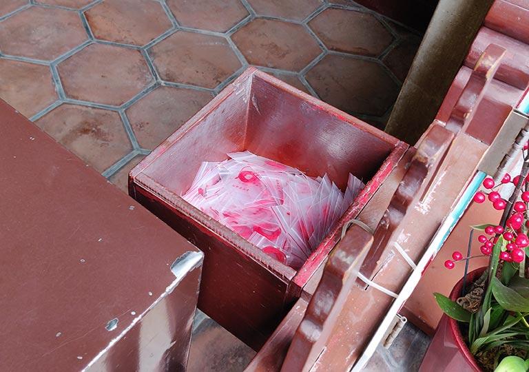台北 龍山寺の月下老人 赤い糸