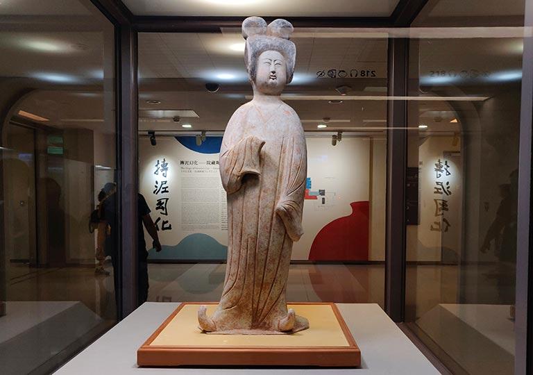 台北 国立故宮博物館の展示物 灰陶加彩仕女俑
