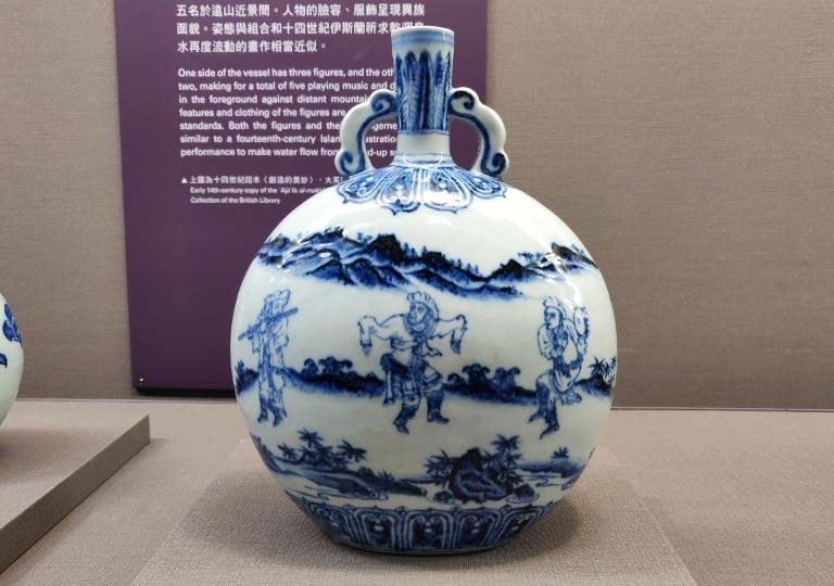 台北 国立故宮博物館の展示物 青花人物紋如意耳扁壺