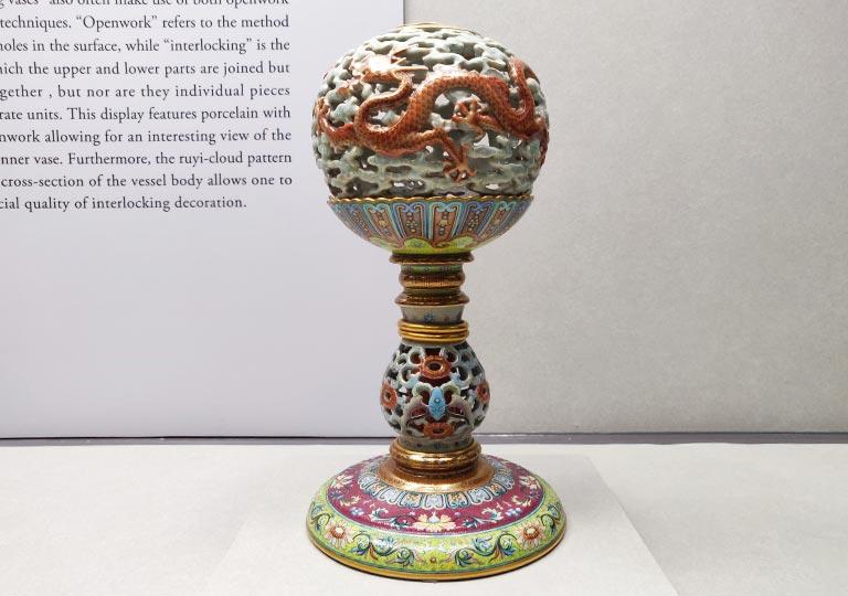 台北 国立故宮博物館の展示物 粉彩鏤空雲龍紋轉心冠架