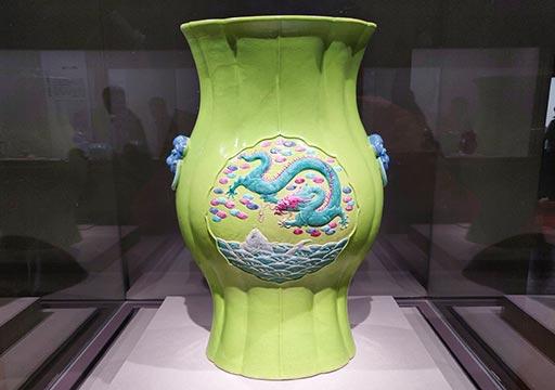 台北 国立故宮博物館の展示物 緑地魚龍図花式瓶