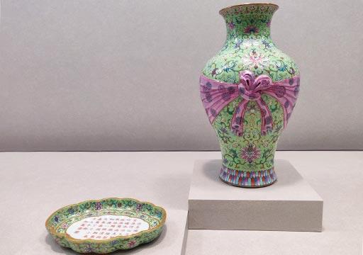 台北 国立故宮博物館の展示物 粉彩番蓮紋包袱式瓶