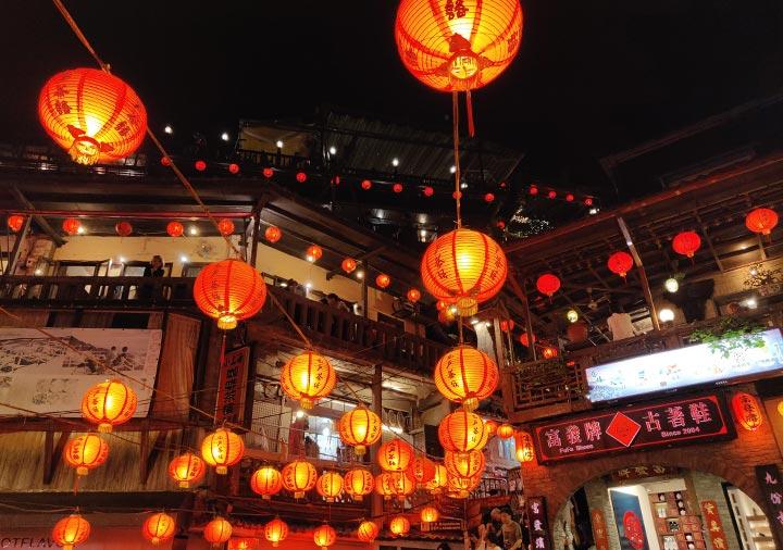 台湾の九份 悲情城市前の広場のランタン