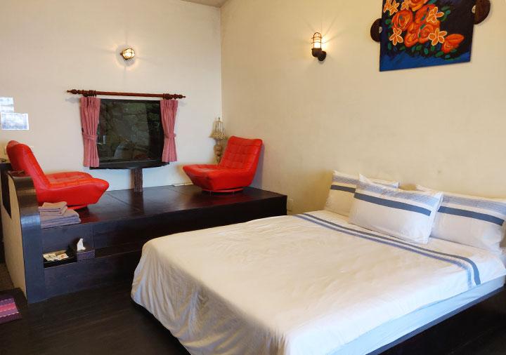 九份 サニールーム(陽光味宿) 客室のベッドとソファー
