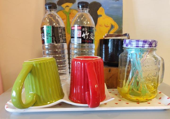 九份 サニールーム(陽光味宿) 客室の水のペットボトルと紅茶・コーヒー