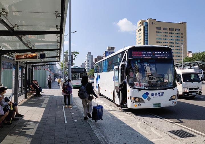 台北から九份に行くバス 北門駅に停まる965番