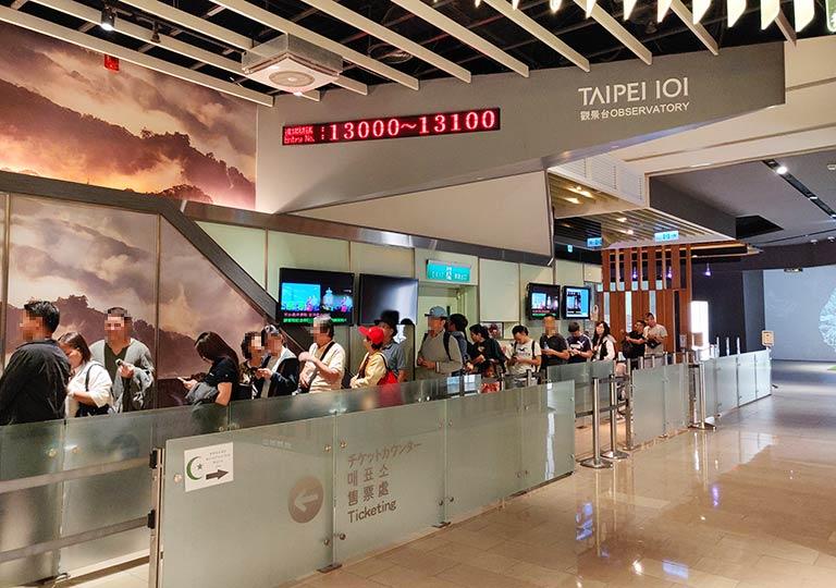 台北101 展望台行きエレベーターに並ぶ列