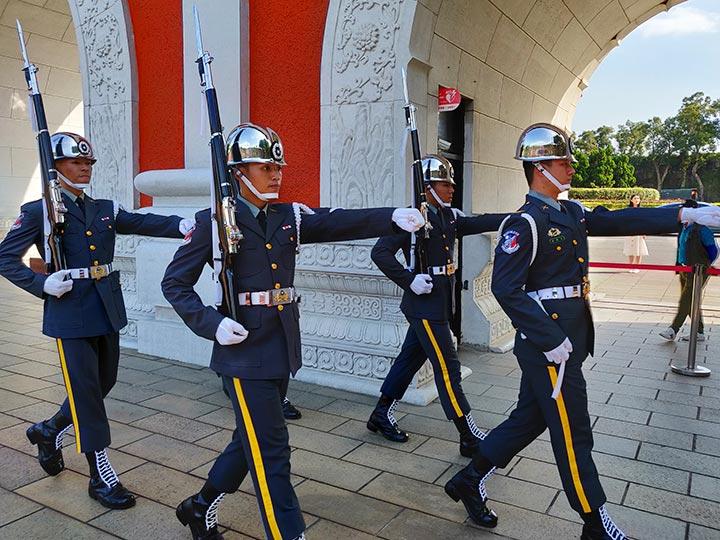 「台湾・忠烈祠の行き方と衛兵交代式まとめ!イケメン兵士に出会えるかも?」 トップ画像