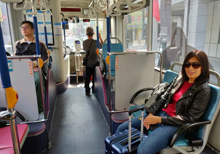 台中のバスの車内 ニコレナ