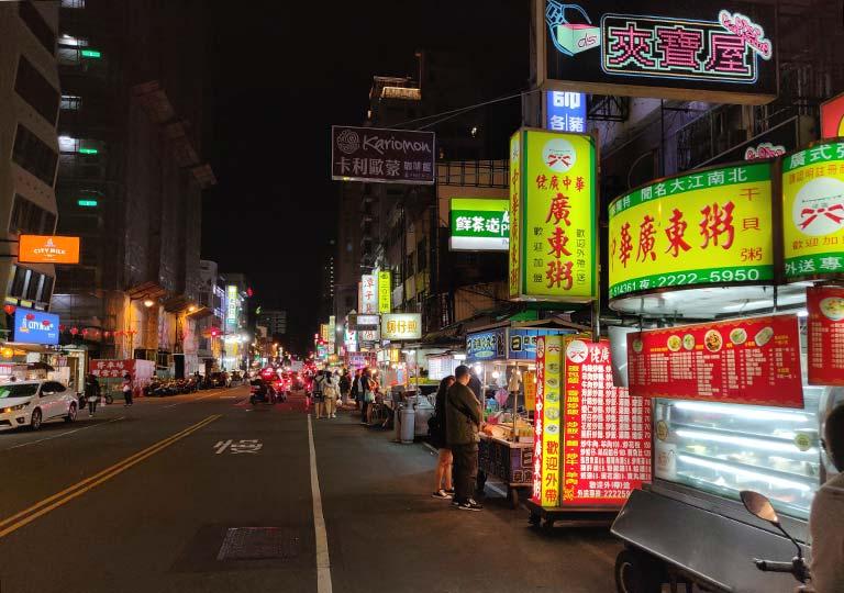台中 中華路夜市の通り