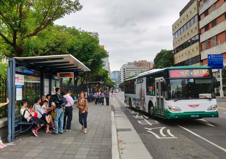 台北のバス停