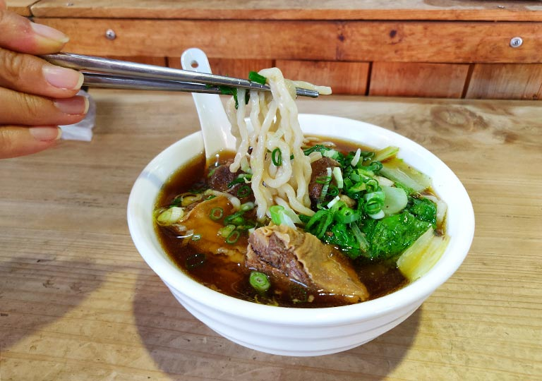 九份 阿牧包子の牛肉麺
