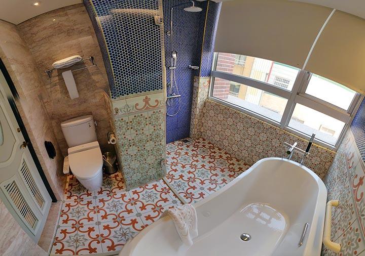 ゴールデンチューリップRSブティックホテル台南 客室のバスルーム パノラマ画像