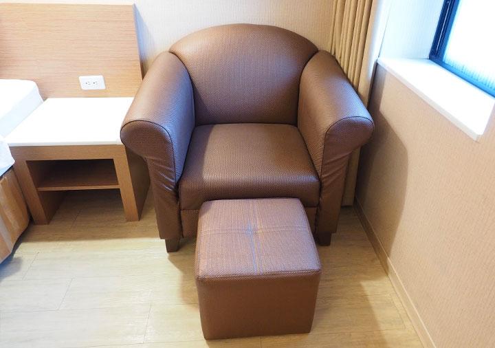カインドネスホテル台南チーカンタワー 客室のソファ