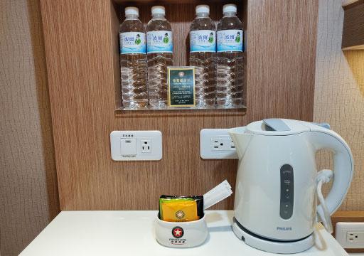 カインドネスホテル台南チーカンタワー 客室のケトルとミネラルウォーター