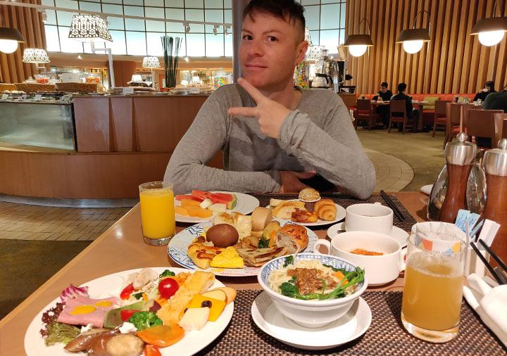 シャングリラ・ファーイースタンプラザホテル台南 朝食を食べる二コラの画像