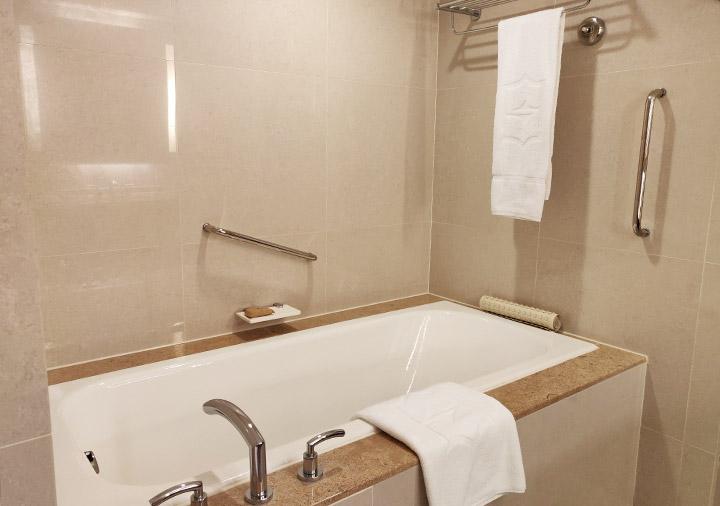 シャングリラ・ファーイースタンプラザホテル台南 客室のバスタブ