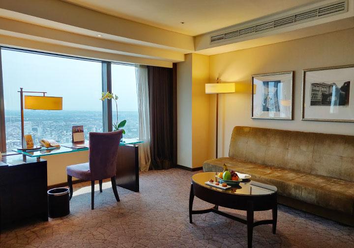 シャングリラ・ファーイースタンプラザホテル台南 客室のテーブル、デスク、TV