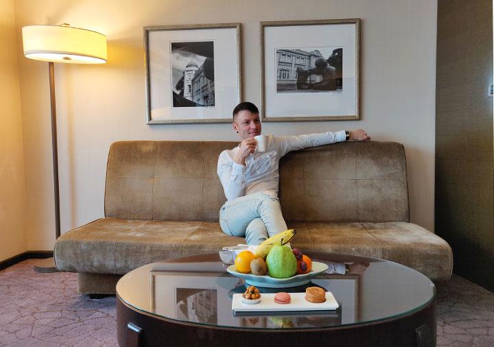 シャングリラ・ファーイースタンプラザホテル台南 客室で寛ぐ二コラの画像