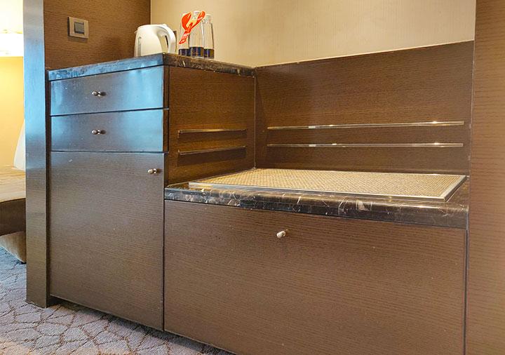シャングリラ・ファーイースタンプラザホテル台南 客室のスーツケース置き場とキッチン台