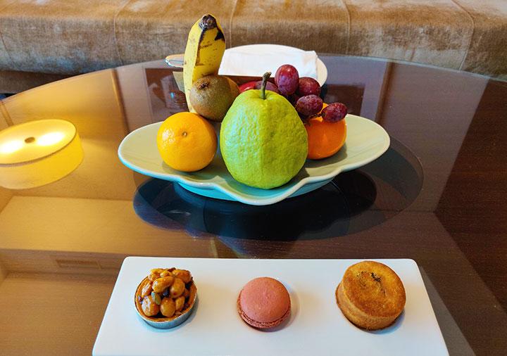 シャングリラ・ファーイースタンプラザホテル台南 客室のフルーツとデザート
