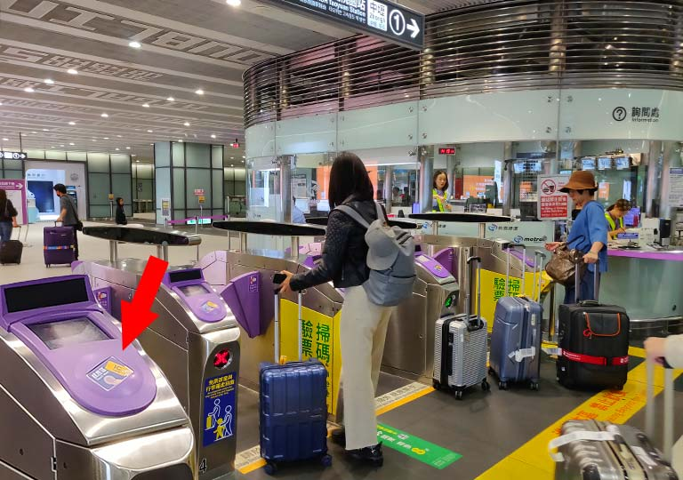 台北の桃園空港 MRT(地下鉄)のゲート