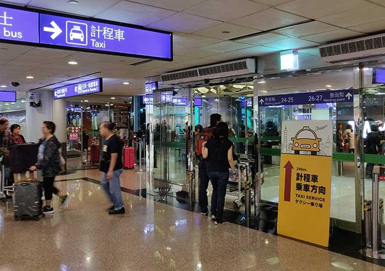 台北の桃園空港 タクシー乗り場の案内標識