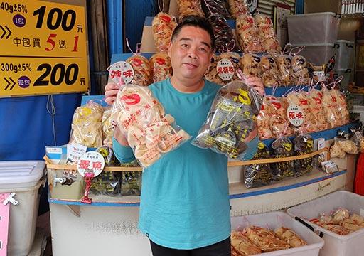 台南 銘峰鮮蝦餅のエビせんべいとオーナー
