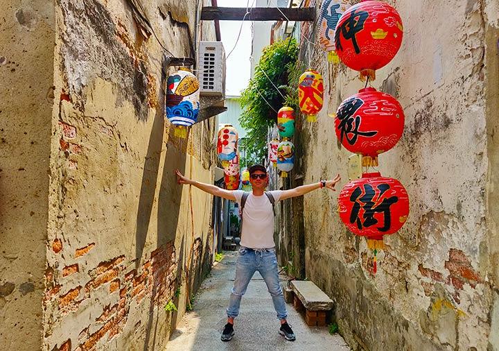 台南 神農街に立つ二コラ