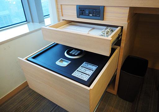 ホテルコッツィ高雄中山館 客室のセーフティボックスとLANケーブル