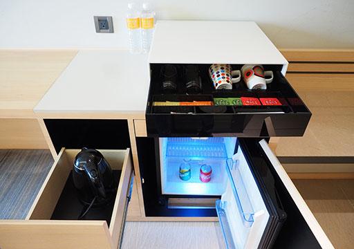 ホテルコッツィ高雄中山館 客室のティーセットと冷蔵庫など