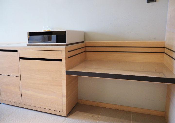 ホテルコッツィ高雄中山館 客室のキッチン台とスーツケース置き場