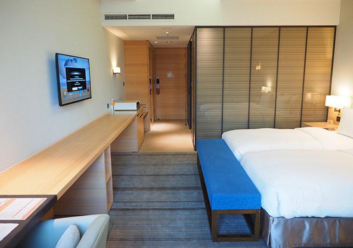 ホテルコッツィ高雄中山館 客室のデスクとTV