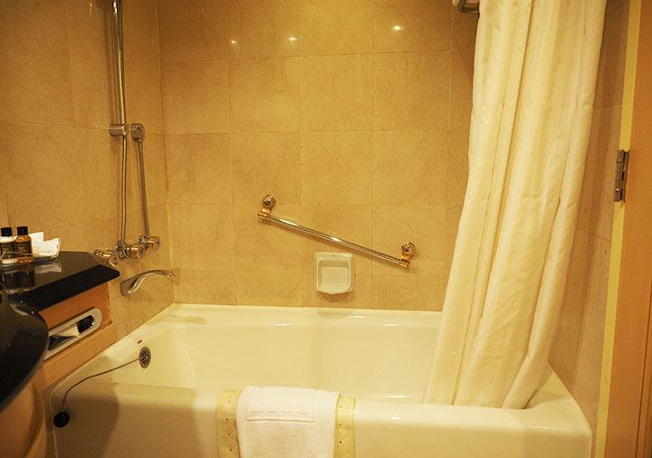 アンバサダーホテル高雄 客室のバスタブ