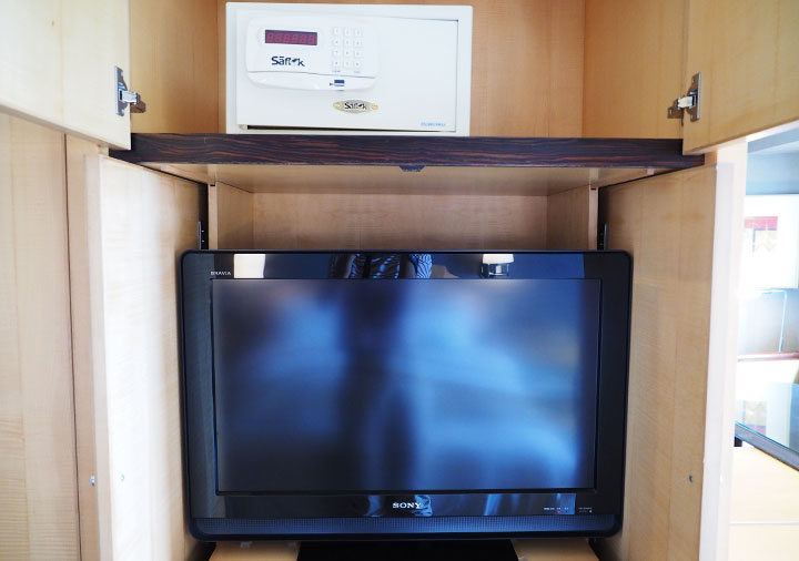アンバサダーホテル高雄 客室のTVとセーフティボックス